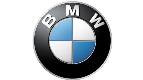 Das Logo von BMW prangt bald auf dem neuen Logistikzentrum im Lechfeld südlich von Augsburg