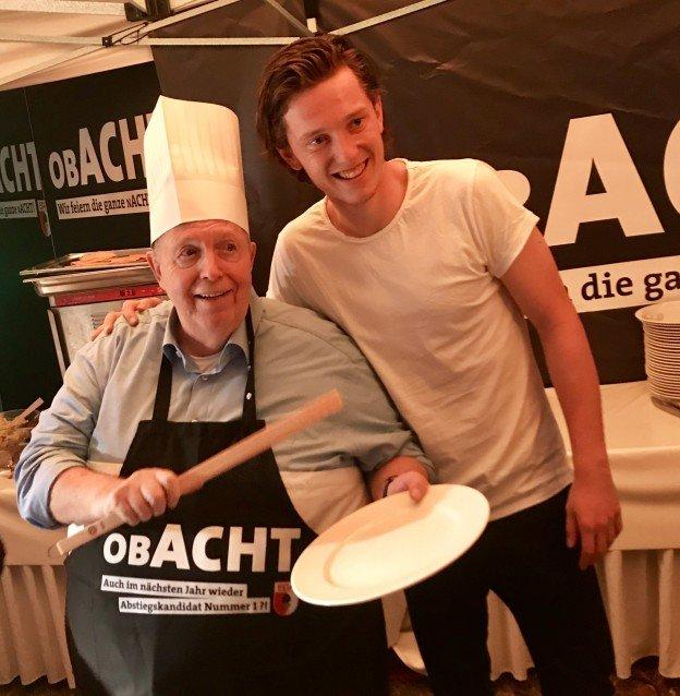 Rainer Calmund am Grill. Mit Michael Gregoritsch.